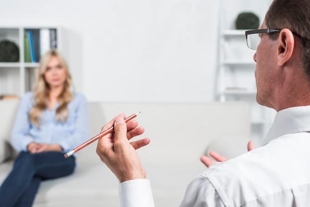Terapeuta, falando, com, paciente