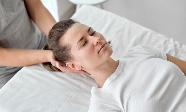Terapeuta fazendo fisioterapia com paciente