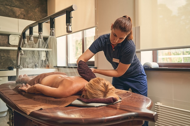 Terapeuta fazendo um tipo de hidroterapia fornece um impulso de imunidade, estimulando a circulação linfática