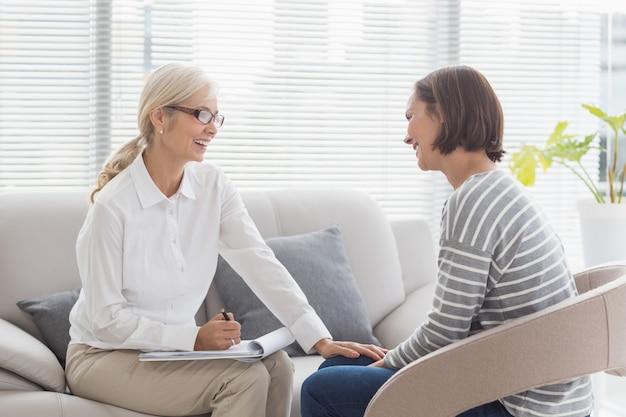 Terapeuta feliz com paciente