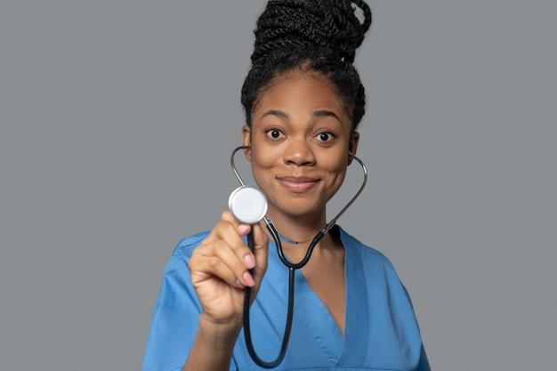 Terapeuta. foto de um jovem médico de pele escura com estetoscópio
