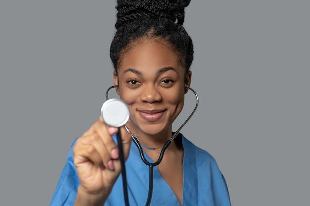 Terapeuta. foto de um jovem médico de pele escura com estetoscópio Foto Premium