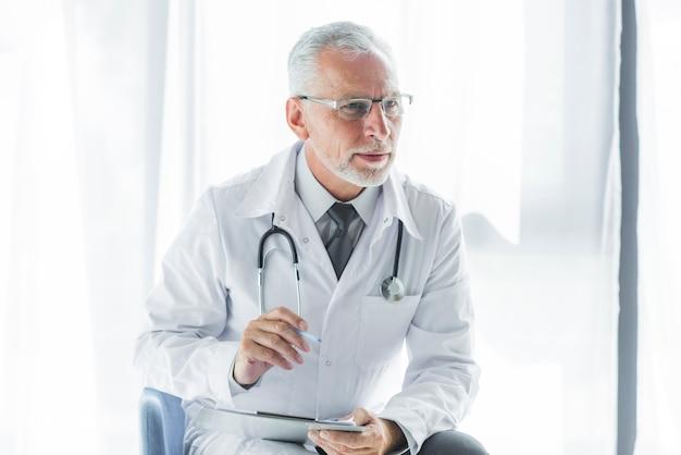 Terapeuta idosa que escuta o paciente