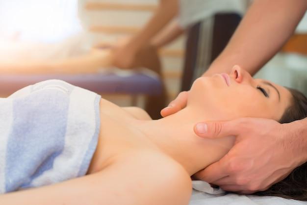 Terapeuta massageando o pescoço da mulher