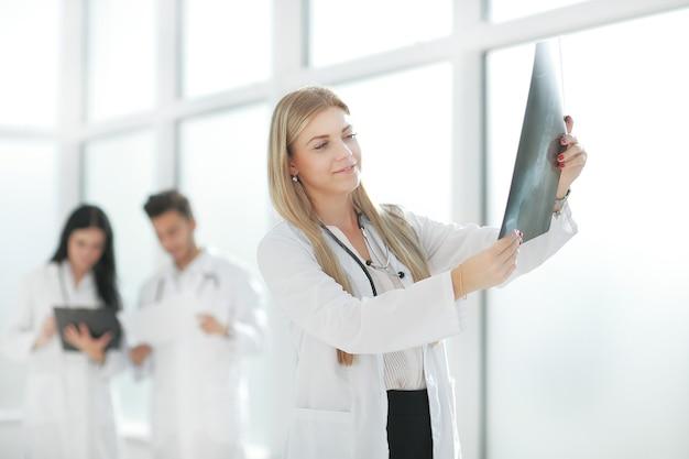 Terapeuta médico olhando para o raio-x do paciente