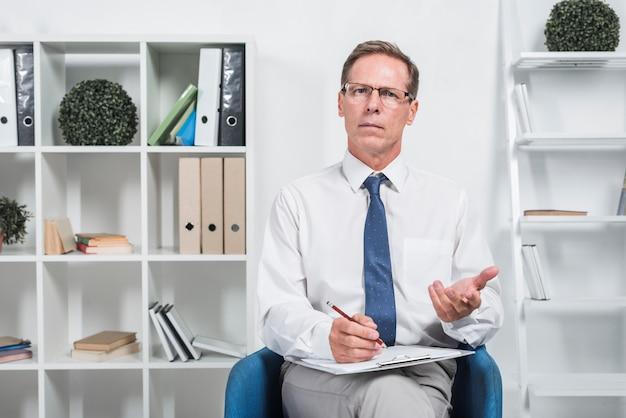 Terapeuta no escritório
