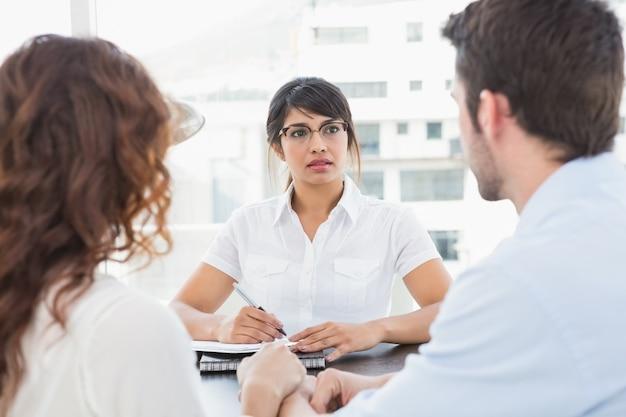 Terapeuta que escuta seus pacientes e toma notas