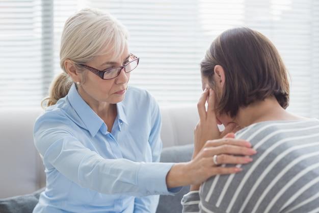 Terapeuta reconfortante paciente