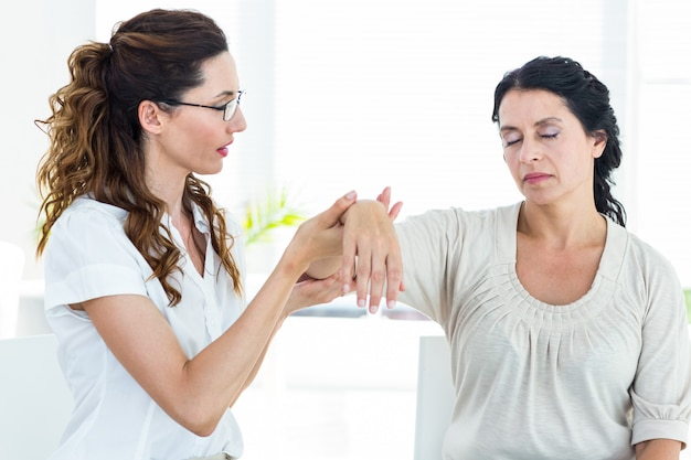 Terapeuta, segurando, dela, pacientes, braço