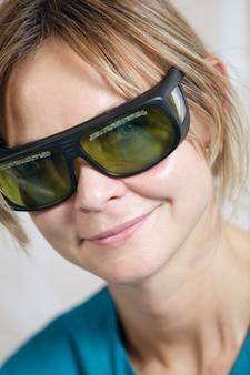 Terapeuta sorridente em óculos de proteção