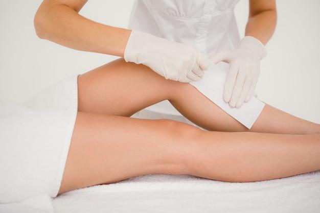 Terapêutico que depura a perna da mulher no centro de spa