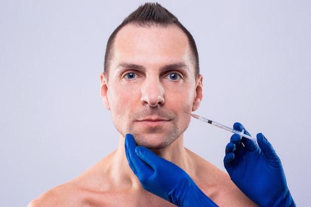 Terapia botulínica. close-up de pessoa com mãos injetando seringa com botox para tratamento de rosto. esthetox