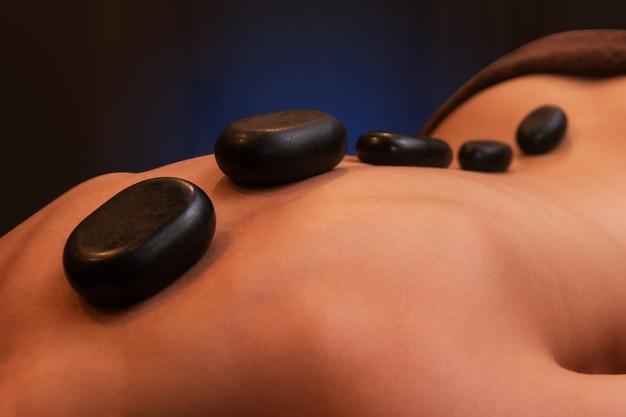 Terapia com pedras quentes no centro de spa