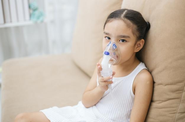 Terapia de inalação de paciente criança pela máscara de inalador com fumaça de fluxo suave