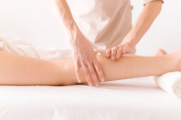 Terapia de massagem relaxante nas pernas