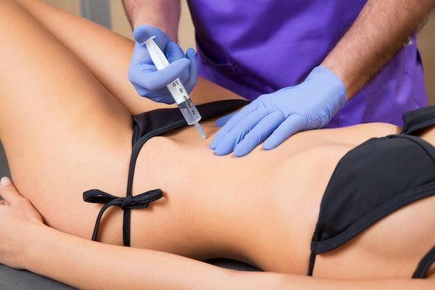 Terapia de mesoterapia abdominal médico tol mulher