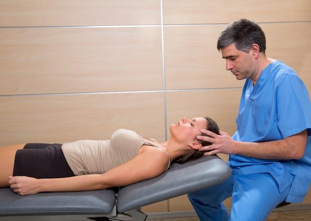 Terapia de osteopatia craniana médico mãos na cabeça da mulher