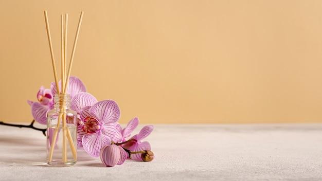 Terapia de spa com flores e palitos perfumados