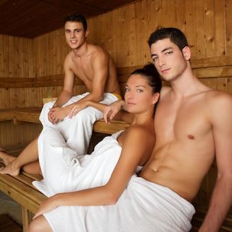 Terapia de spa de sauna grupo de pessoas bonitas jovens