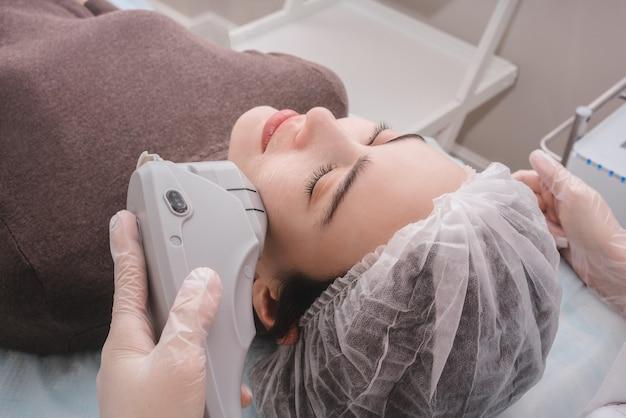 Terapia de ultra-som. levantamento de sensações. procedimento de cuidado da pele. indústria da beleza.