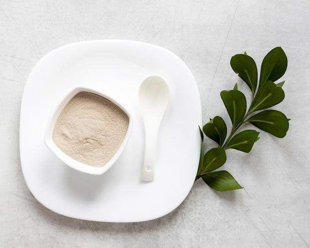 Terapia relaxante com areia de spa em uma tigela