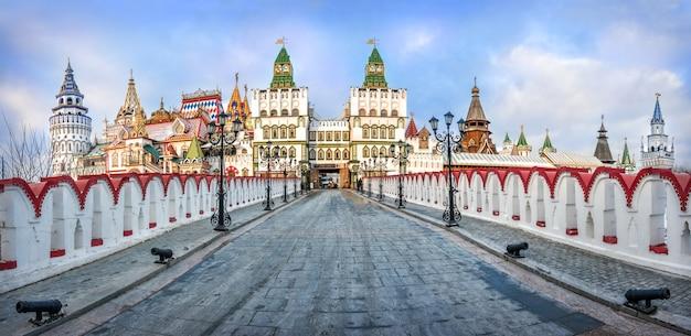 Teremki do kremlin izmailovsky em moscou e a estrada para eles em uma noite ensolarada de inverno