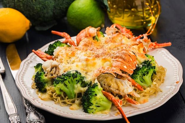 Termidor de lagosta assada com queijo e legumes