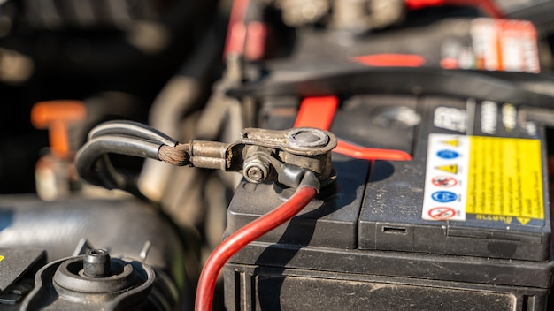 Terminais da bateria no compartimento do motor do carro