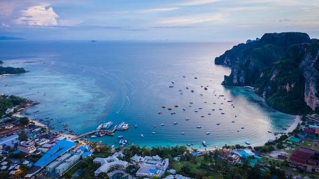 Terminais de passageiros, envio na ilha de phi phi kra bi tailândia