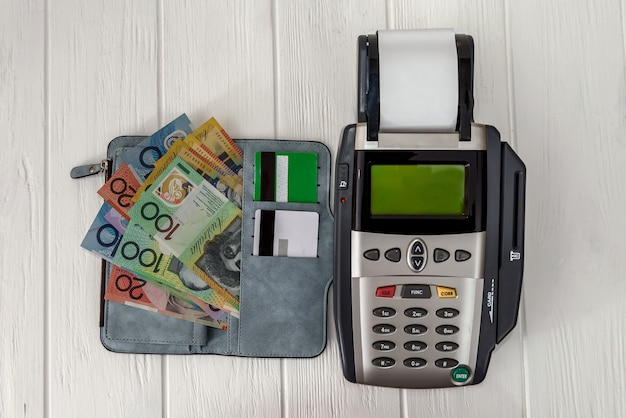 Terminal bancário com carteira e dólares australianos