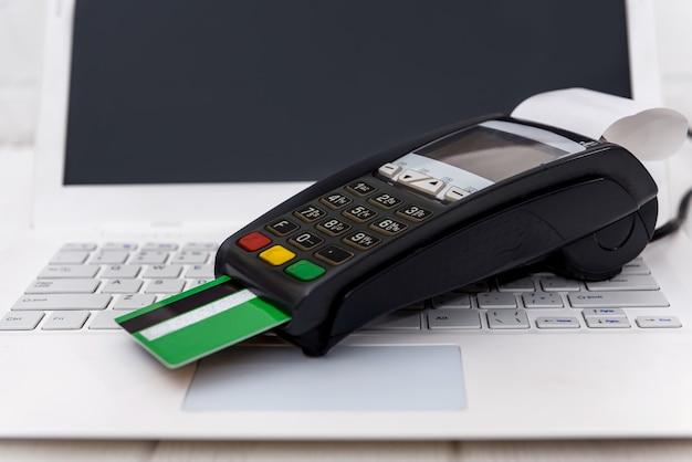 Terminal bancário no teclado do laptop close-up