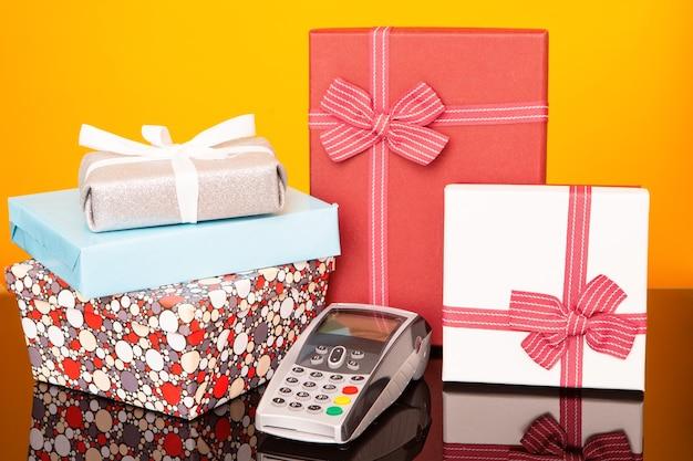Terminal, caixas com presentes na mesa de vidro preto e amarelo