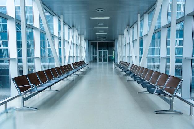 Terminal de aeroporto abandonado. fileiras de assentos vazios na sala de espera.