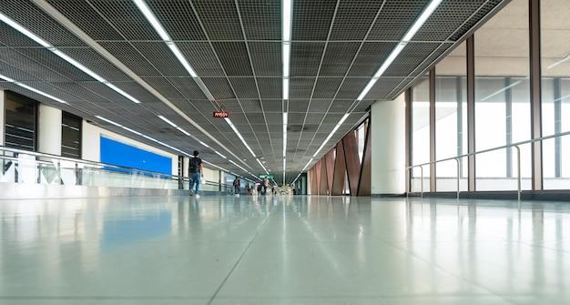 Terminal de aeroporto asiático moderno.