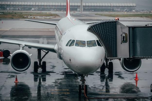 Terminal de aeroporto com aviões