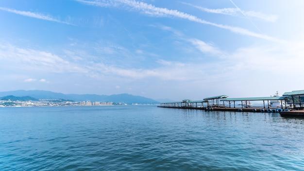 Terminal de balsas de miyajima na ilha de miyajima, hiroshima, japão
