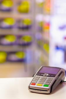Terminal de caixa registradora para pagamentos em um close-up de loja