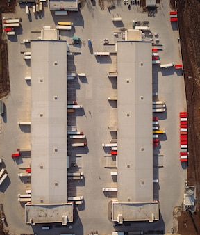 Terminal de carga com vista aérea de reboques e semirreboques