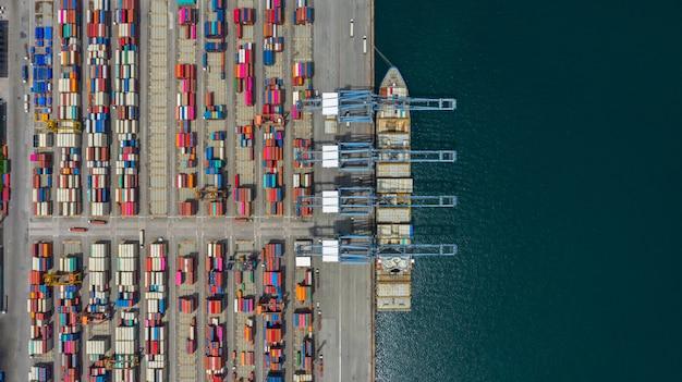 Terminal de navio de carga vista aérea, guindaste de descarga do terminal de navio de carga.
