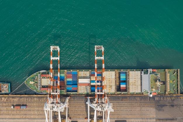Terminal de navios porta-contêineres e guindaste de cais de navio porta-contêineres no porto industrial