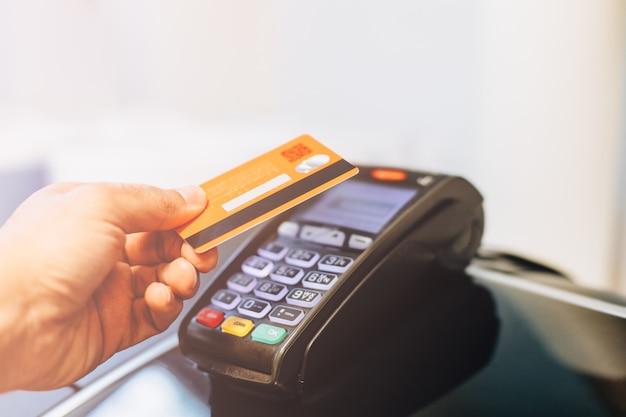 Terminal de pagamento cobrando de um cartão