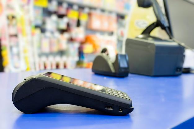 Terminal de pagamento com cartão de crédito, comprar e vender produtos & conceito de serviço. nfc ou tec sem fio