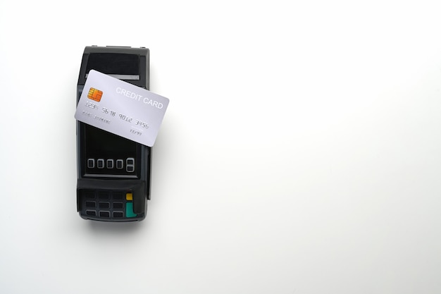 Terminal de pagamento e cartão de crédito isolados no fundo branco. copie o espaço para a montagem da exposição dos produtos.