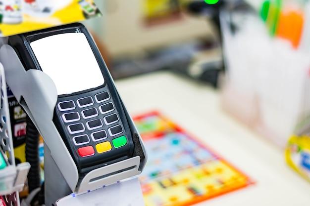 Terminal de pagamento na loja de conveniência