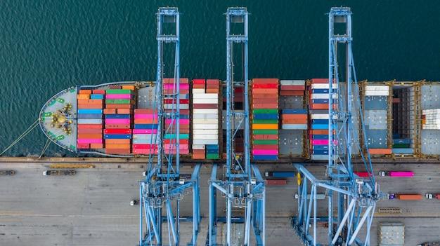 Terminal do navio de carga da vista aérea, descarregando o guindaste do terminal do navio de carga, do porto industrial da vista aérea com recipientes e do navio de recipiente.