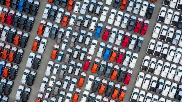 Terminal novo da exportação dos carros da vista aérea, carros novos que esperam a exportação da importação no porto do mar profundo.