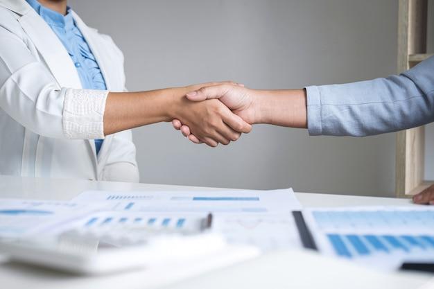 Terminando uma conversa após colaboração, aperto de mão da líder de duas mulheres de negócios após um contrato bem-sucedido para se tornar um parceiro, parceria de negociação colaborativa