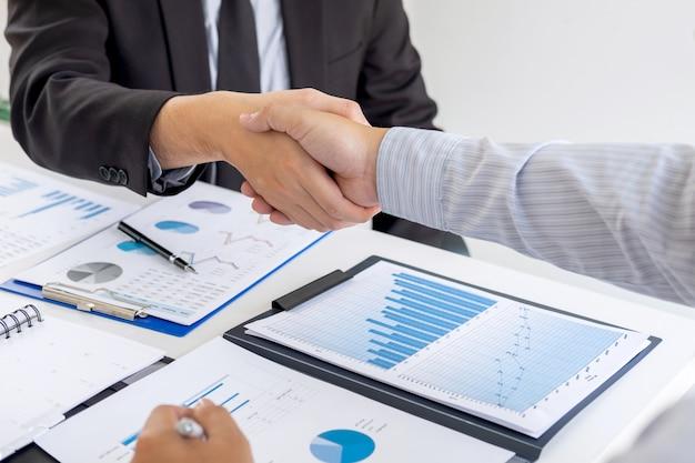 Terminando uma conversa após colaboração, aperto de mão de duas pessoas de negócios após contrato para se tornar um parceiro, trabalho em equipe colaborativo