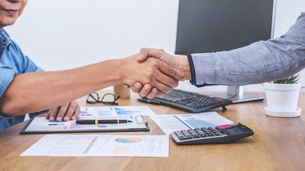 Terminar uma reunião, aperto de mão de negócios depois de discutir bom negócio de contrato comercial
