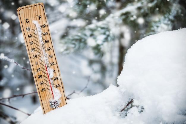 Termômetro com temperatura abaixo de zero preso na neve